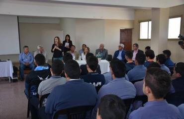 Entrega de Certificado a Jóvenes Profesionales como Auxiliar Gasista